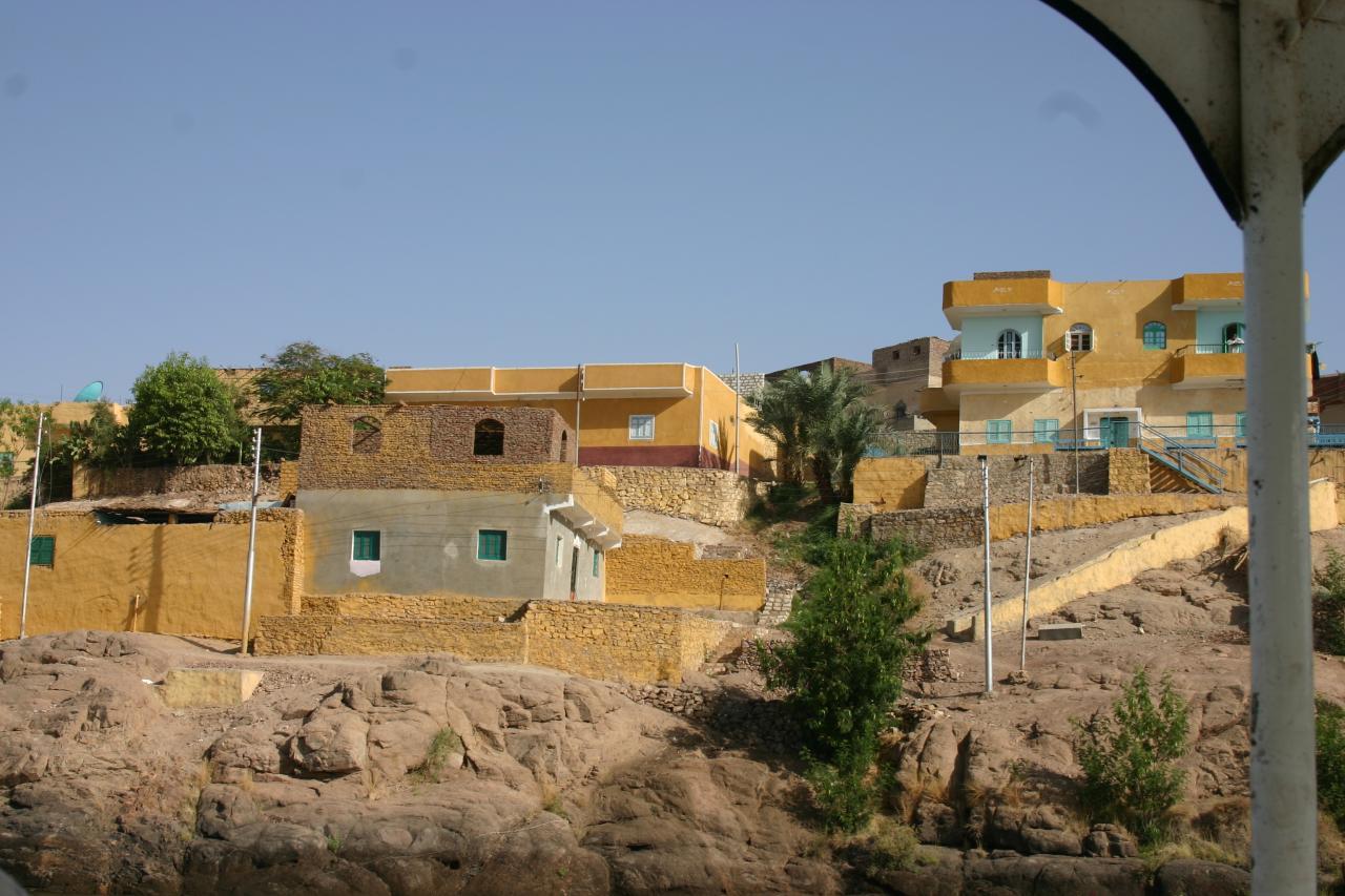 des maisons sur le bord du nil à Assouan