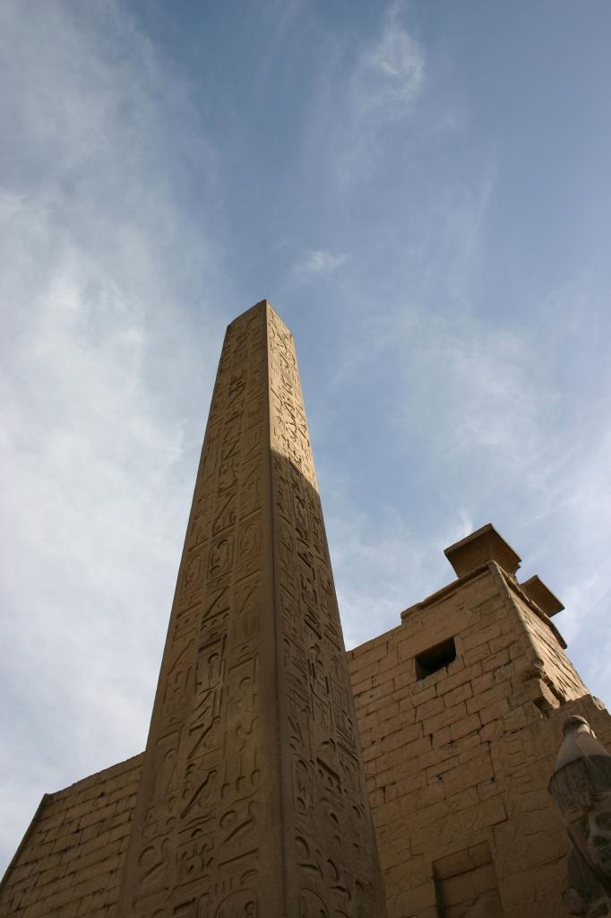 l'obélisque précédant la façade du temple de louxor