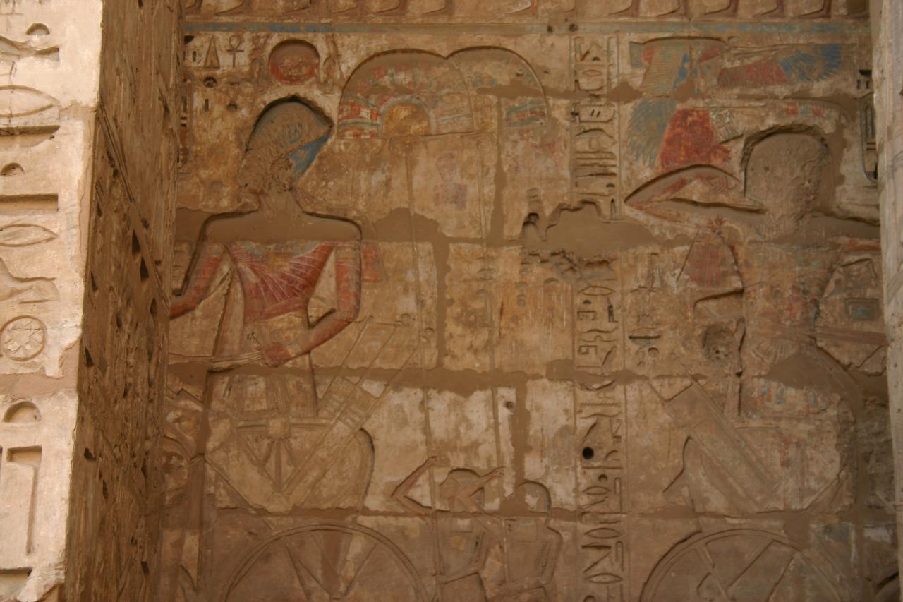 des fresques bien colorées dans le temple de Habou