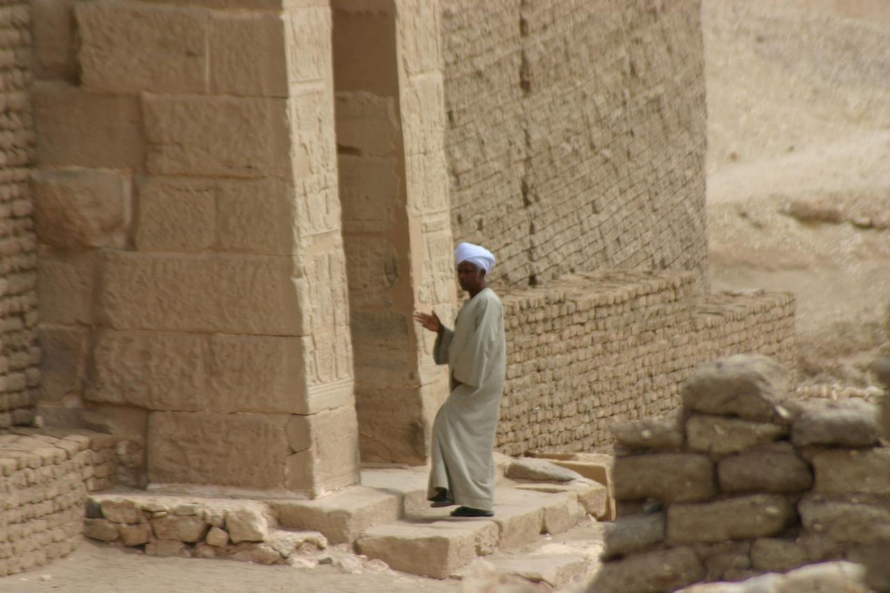 Un gardien, l'entrée de la chapelle de la déesse Hathor