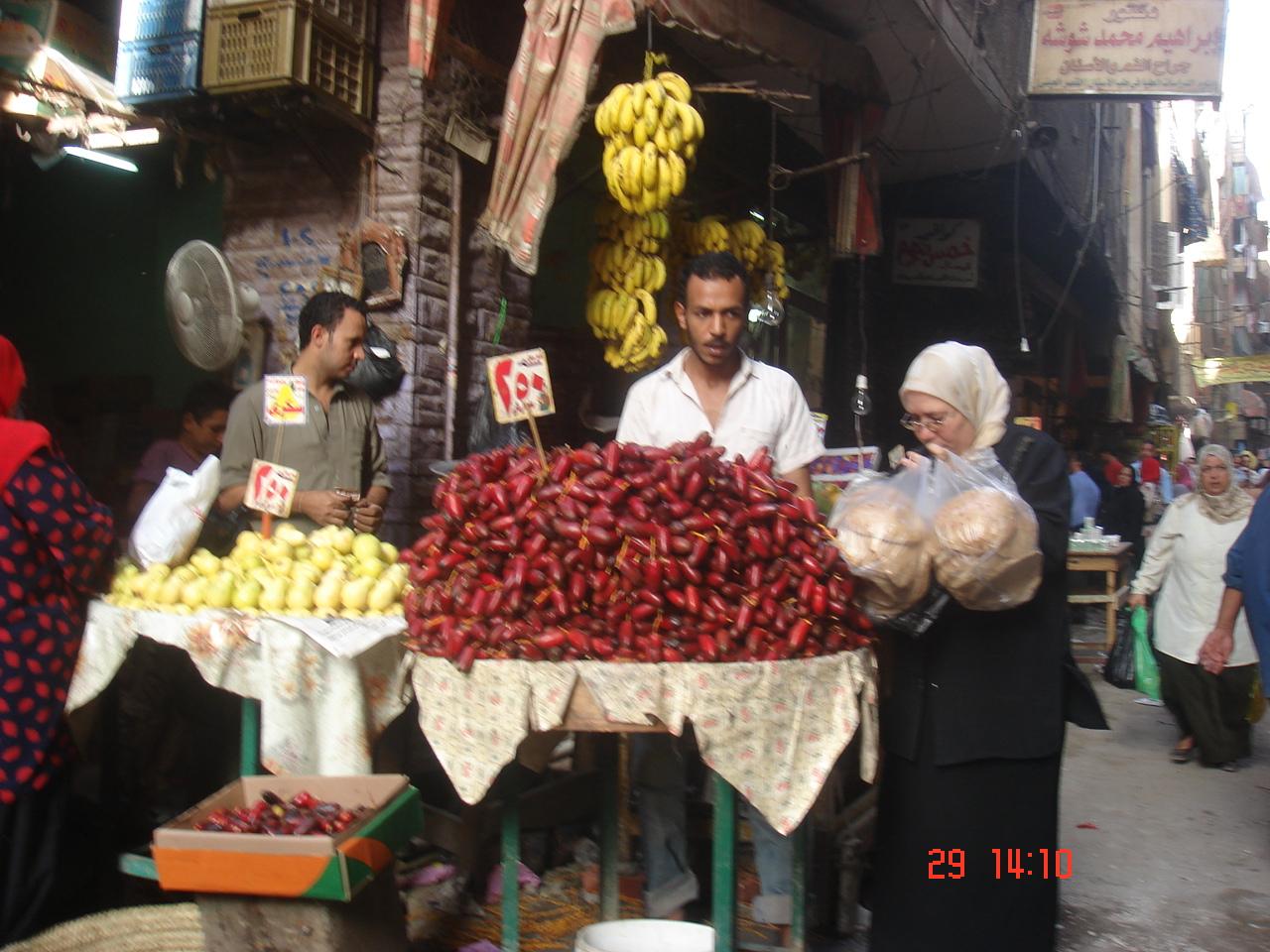 Dans le marché, dattes,gouyaves,bananes ..fruits égyptiens ..!!