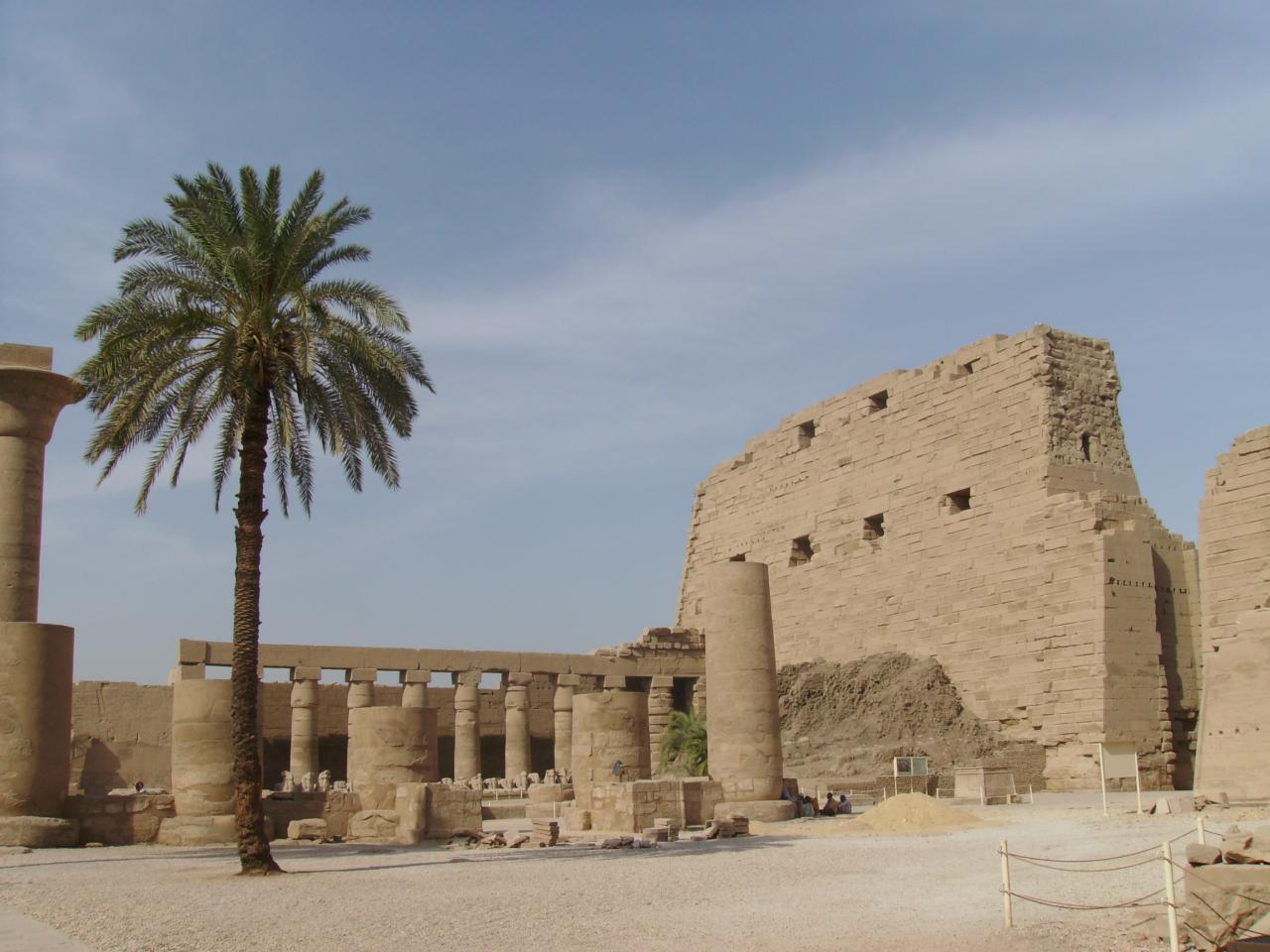 La cour à ciel ouvert du temple de karnak