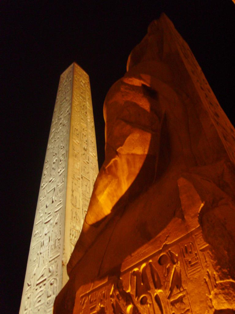 """Jeu des lumiéres """"la façade du temple de louxor"""""""