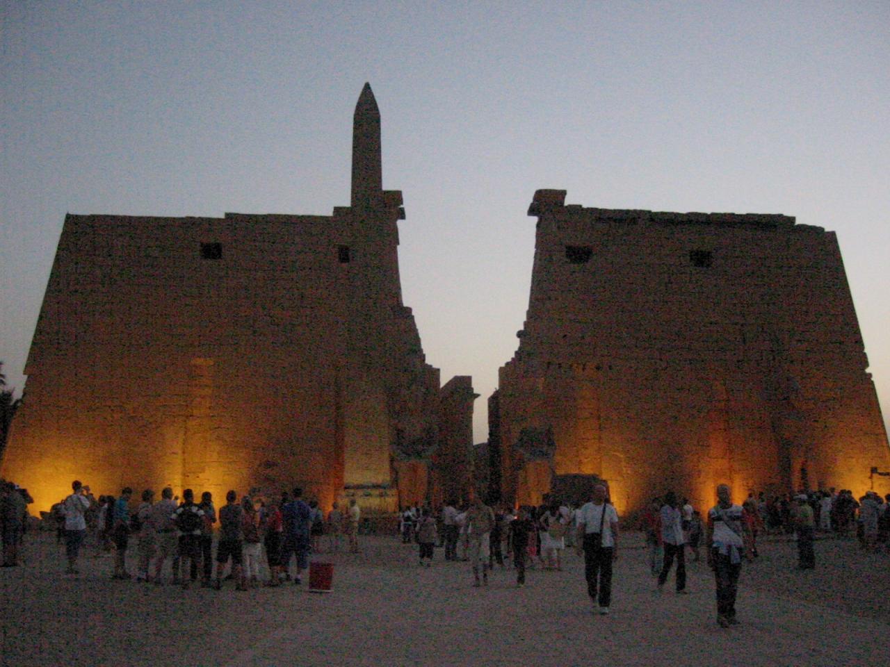 """La façade du temple de Louxor """"éclairé le soir"""""""