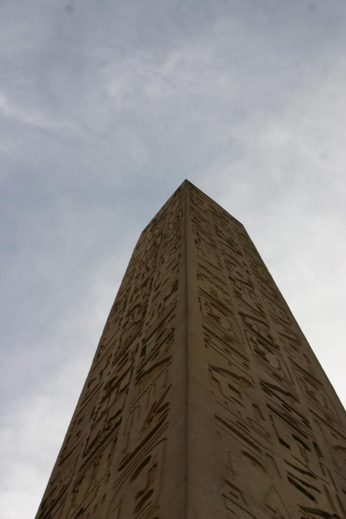 l'obélisque du temple de louxor pointant le ciel...