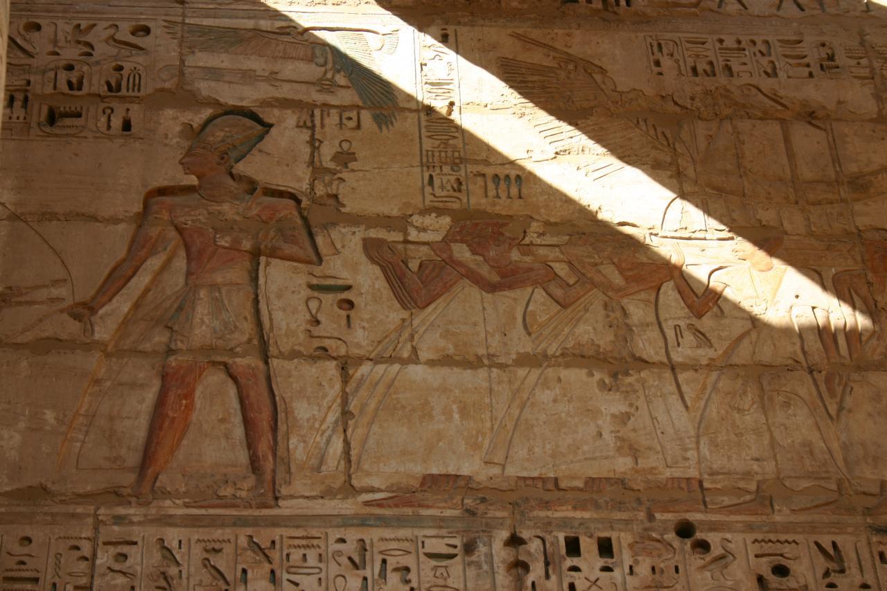 Ramsés 111 dans le temple de Habou