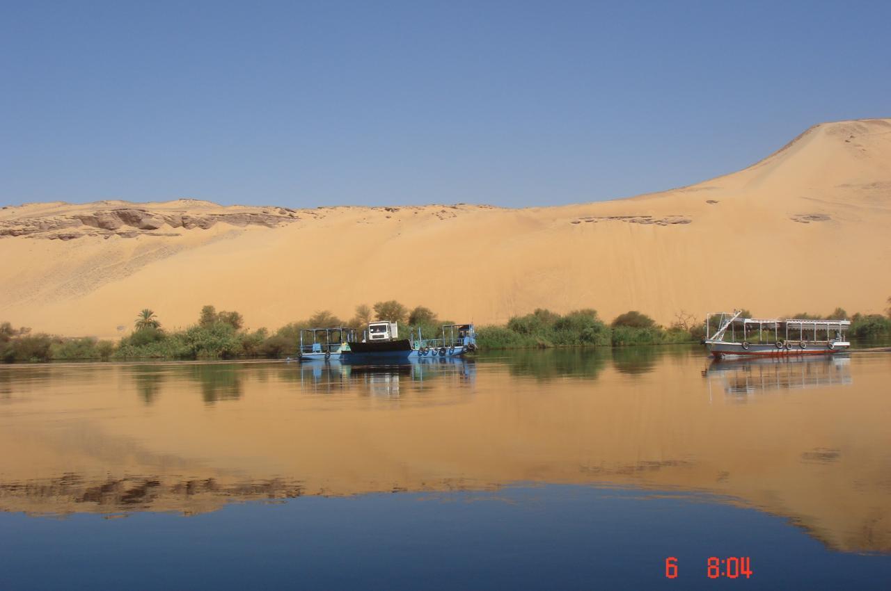 le désert embrasse le Nil à Assouan ...