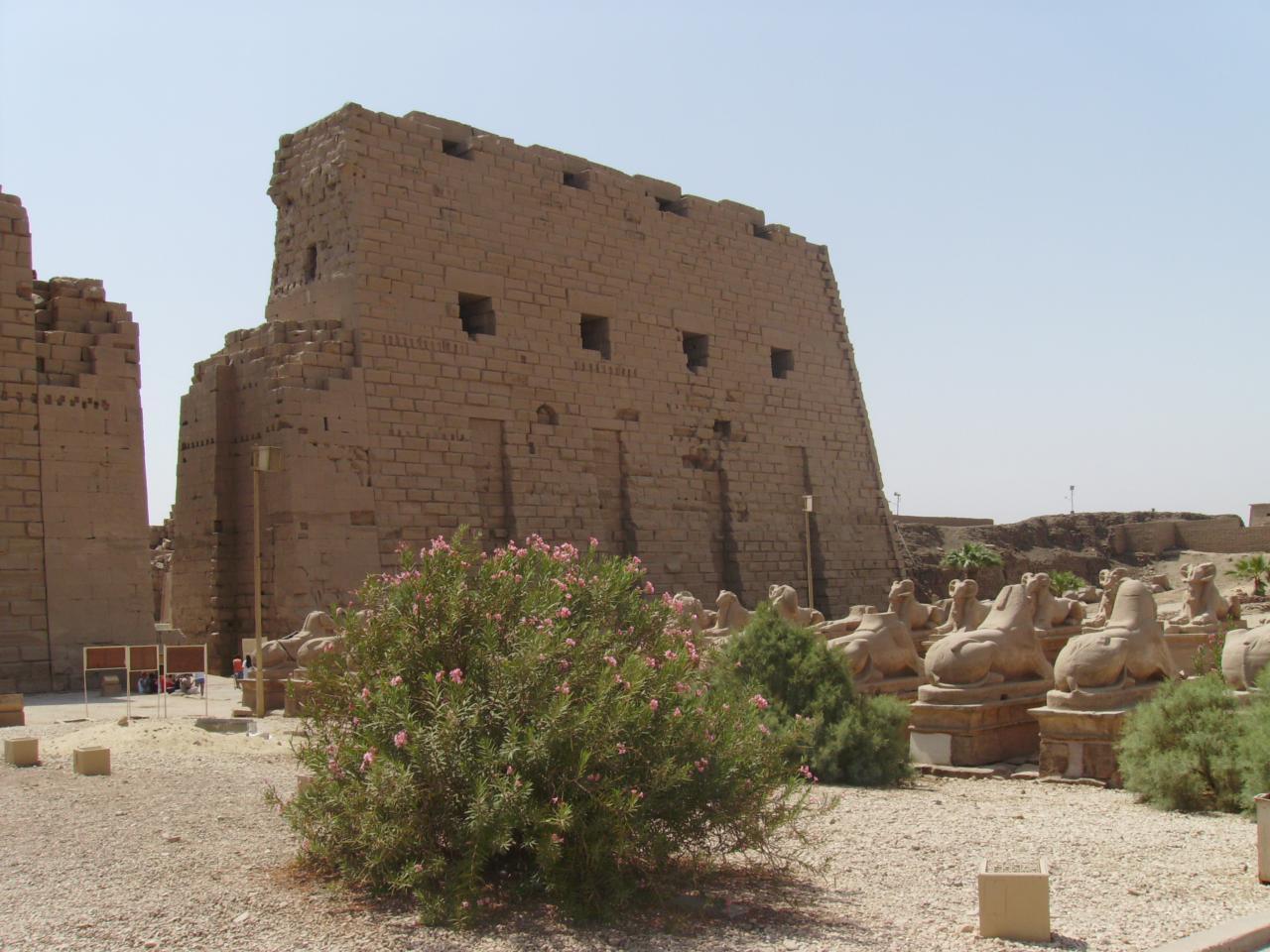 Façade du temple de karnak avec le chemin des sphinx