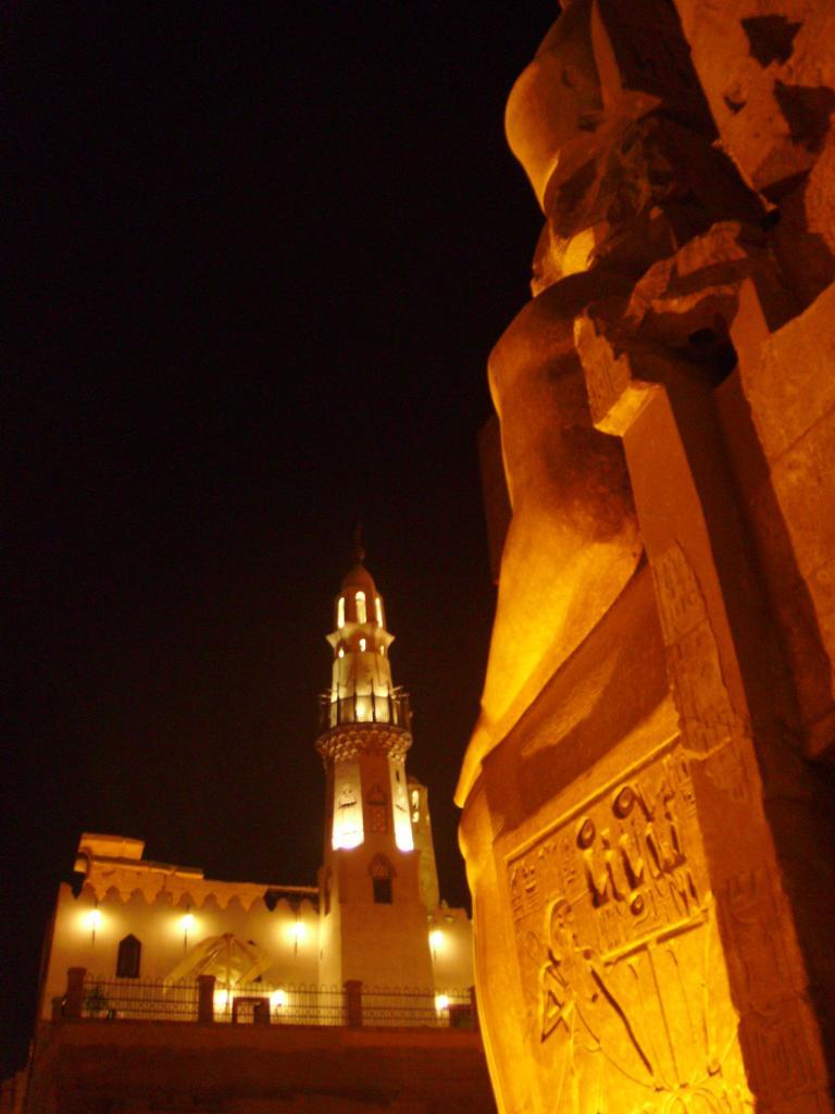 la façade du temple de louxor et la mosquée d'en face