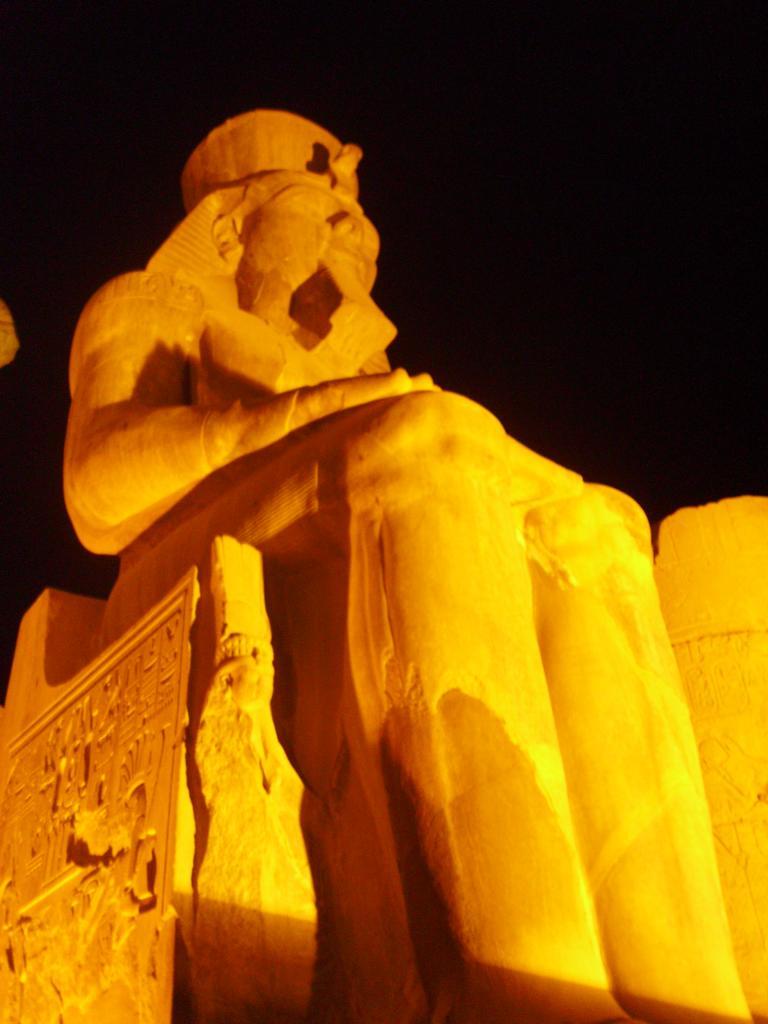 Ramsés 2 dans le temple de louxor