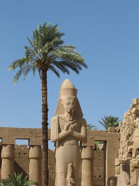 Statue de Ramsés 2 dans le temple de karnak